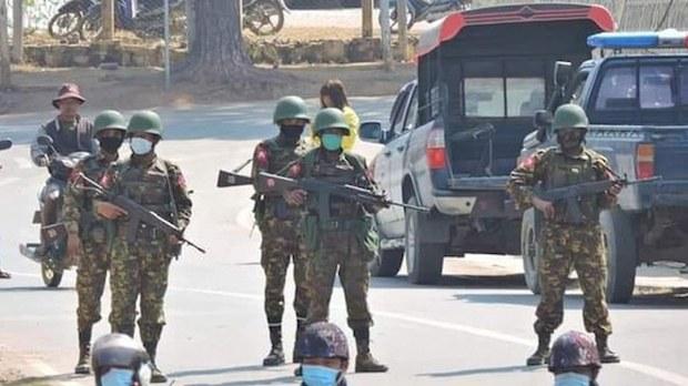 မင်းတပ်မြို့တွင် စစ်ကောင်စီတပ်သားများကို တွေ့ရစဉ်။