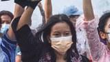 မန္တလေးအမျိုးသမီးသပိတ်ခေါင်းဆောင် မအေးမြင့်အောင်အောင် (အင်္ကျီအနက်) ကို တွေ့ရစဉ်