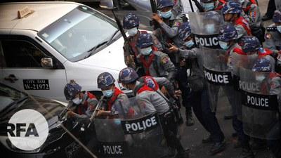 လှည်းတန်းမှာ ဆန္ဒပြသူတွေကို ပစ်ခတ်ဖြိုခွင်းနေတဲ့ ရဲတပ်ဖွဲ့ဝင်များကို တွေ့ရစဉ်