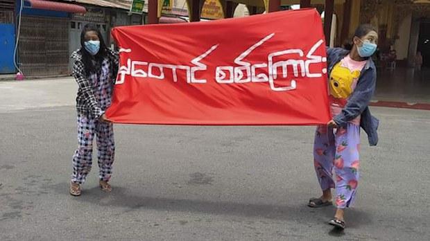 မန္တလေးမြို့ မဟာမုနိဘုရားကြီးရှေ့မှာ ဇူလိုင် ၂၇ ရက်က ငြိမ်းချမ်းစွာ ဆန္ဒပြနေကြတဲ့ မြတောင်သပိတ်စစ်ကြောင်း။