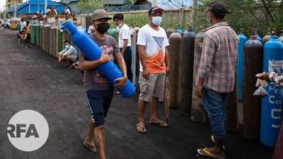 မန္တလေးမှာ အောက်ဆီဂျင်ဖြည့်ဖို့ တန်းစီနေသူတွေကို ၂၀၂၁ ဇူလိုင် ၁၃ ရက်နေ့က တွေ့ရစဥ်