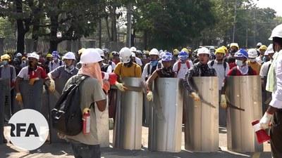 မြောက်ဥက္ကလာပမှာ ဆန္ဒပြသူတွေကို ရှေ့တန်းကနေ အကာအကွယ်ပေးနေသူတွေကို တွေ့ရစဉ်