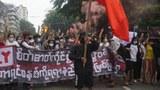 ရန်ကုန်မြို့ မဟာဗန္ဓုလလမ်းပေါ်မှာ ဆဲဗင်းဇူလိုင်နေ့ အထိမ်းအမှတ်အဖြစ် စစ်အာဏာရှင်ပြုတ်ကျရေးအတွက် လူငယ်များ ၂၀၂၁ ဇူလိုင် ၇ရက်နေ့က ချီတက်ဆန္ဒပြကြစဉ်