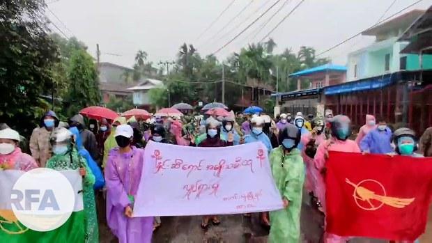 လောင်းလုံးမြို့နယ်က နှင်းဆီရောင် အမျိုးသမီးထုလှုပ်ရှားမှု