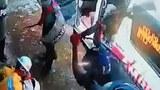 ဖမ်းဆီးသွားတဲ့ ပရဟိတအဖွဲ့တွေရဲ့ ဦးခေါင်းတွေကို ရဲတပ်ဖွဲ့ဝင်တွေက သေနတ်ဒင်တွေနဲ့ ပြင်းပြင်းထန်ထန် ရိုက်နှက်နေတာကို တွေ့ရစဉ်