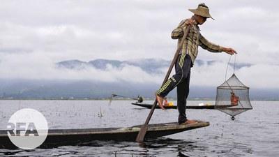 အင်းလေးကန်မှာ ငါးဖမ်းနေတဲ့ ကိုဝင်းမိုးကျော်ကို  ၂၀၂၁ စက်တင်ဘာ ၂၇ ရက်နေ့က တွေ့ရစဉ်