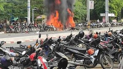 မန္တလေး မဟာအောင်မြေမြို့နယ်က (ကညန) ရုံးရှေ့မှာ ၂၀၂၁ အောက်တိုဘာလ ၂၇ ရက်နေ့ ဗုံးပေါက်ကွဲတာကြောင့် ဆိုင်ကယ်တွေ မီးလောင်သွားစဥ်