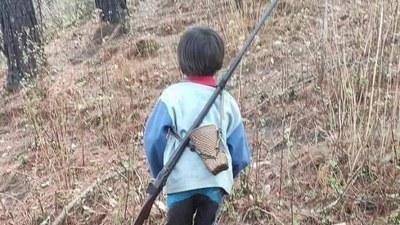 ချင်းပြည်နယ် မင်းတပ်မြို့က တူမီးသေနတ်လွယ်ထားသည့် ကလေးငယ်တဦး။