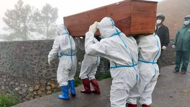 ချင်းပြည်နယ်၊ ဖလန်းမြို့မှာ ကိုရိုနာ ဗိုင်းရပ်စ်ကြောင့် သေဆုံးသူကို ၂၀၂၁ ဇွန် ၁၄ ရက်နေ့က သယ်ဆောင်နေစဉ်