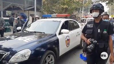 ၂ဝ၂၁ ခုနှစ် ဖေဖော်ဝါရီလက မန္တလေးမြို့ စစ်အာဏာရှင်ဆန့်ကျင်ရေး ဆန္ဒပြပွဲမှာ သတင်းယူနေတဲ့ သတင်းထောက်တစ်ဦး။