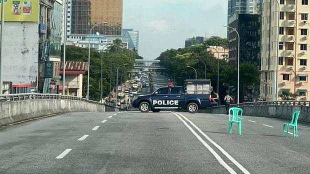 ရန်ကုန်မြို့၊ မြေနီကုန်း ခုံးတံကားကို ပိတ်ထားတာကို ၂၀၂၁၊ စက်တင်ဘာ ၂၅ ရက်နေ့က တွေ့ရစဉ်