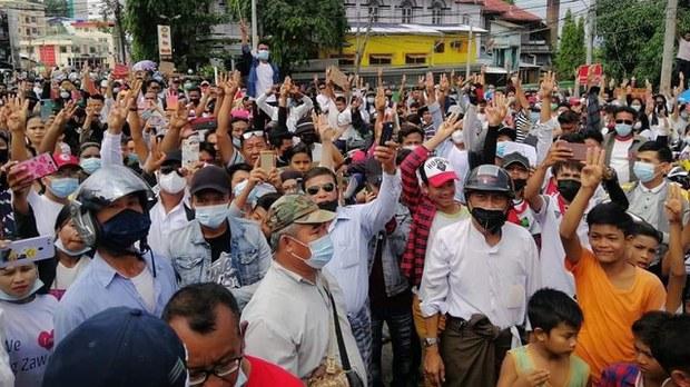 မြိတ်ကဆန္ဒပြပွဲ ဦးဆောင်သူတချို့ရဲ့ မိသားစုဝင်တွေ ဖမ်းဆီးခံရ