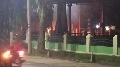 ပြည်မြို့ ကုတင် ၅၀၀ ပြည်သူ့ဆေးရုံရှေ့ ယာဉ်ထိန်းရဲကင်းစခန်း မေလ ၁၁ ရက်နေ့က ဗုံးပေါက်ကွဲမှုဖြစ်ပွားပြီးနောက် တွေ့မြင်ရစဥ်။