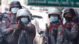 မြေနီကုန်းမှာ ဆန္ဒပြနေသူတွေကို ပစ်ခတ်ဖြိုခွင်းနေတဲ့ အဏာသိမ်းစစ်ကောင်စီရဲ့တပ်တွေကို ၂၀၂၁ ဖေဖော်ဝါရီ ၂၇ ရက်နေ့က တွေ့ရစဉ်