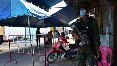 ထိုင်းနိုင်ငံအတွင်း ကိုဗစ်-၁၉ ကာကွယ်ရေး လုပ်ဆောင်နေသည့် မြင်ကွင်းတခု။