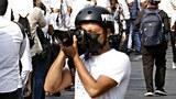 စစ်အာဏာရှင်ဆန့်ကျင်ရေးသပိတ်ကို သတင်းဓာတ်ပုံရယူနေတဲ့ ရန်ကုန်မြို့က သတင်းသမားတစ်ဦးကို ၂၀၂၁၊ ဖေဖော်ဝါရီ ၁၂ ရက်နေ့က တွေ့ရစဉ်