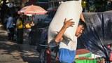 စစ်အာဏာသိမ်းအပြီး ၂၀၂၁ ဖေဖော်ဝါရီလ ၂ ရက်နေ့က ရန်ကုန်မြို့တွင်းရှိ ဈေးတစ်ခု မြင်ကွင်းကို တွေ့ရစဉ်