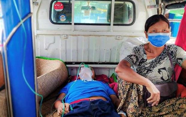 စစ်ကိုင်းတိုင်း၊ ကလေးမြို့မှာ ဇူလိုင်လ ၁၃ ရက်နေ့က ကိုဗစ်-၁၉ ကူးစက်နေသူတဦးကို ဆေးရုံလိုက်ပါပို့ဆောင်ပေးနေစဉ်။