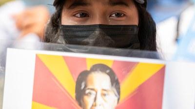 ဖေဖော်ဝါရီလလယ်ပိုင်းက စစ်အာဏာရှင် ဆန့်ကျင်ရေးဆန္ဒပြနေတဲ့ လူငယ်တဦးကို တွေ့ရစဉ်။