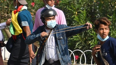 အာဏာသိမ်းပြီးနောက် ဖေဖော်ဝါရီလ ၂၅ ရက်နေ့က ရန်ကုန်မြို့တွင်းမှာ တွေ့ရတဲ့ စစ်တပ်ထောက်ခံသူများ။